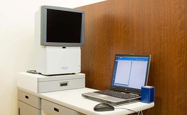 1m視力表: 個室感覚で視力検査ができます。